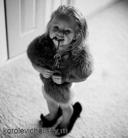 Девочка в меховой одежде