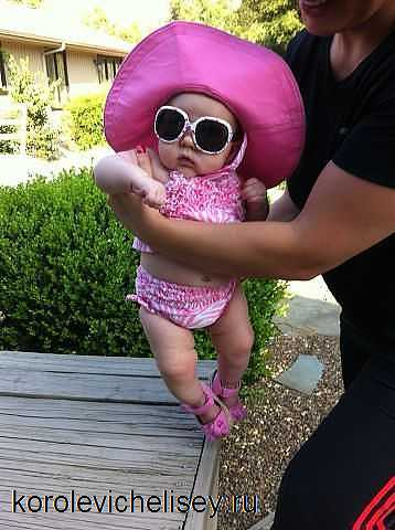 экстравагантная девочка в детской одежде